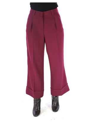 Trousers with pleats.